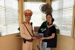 CSGT Hà Nội nhặt được ví đánh rơi, tìm trả người đánh mất