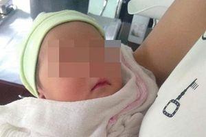 Nghe thấy tiếng khóc, kiểm tra phát hiện bé sơ sinh bị bỏ rơi bên vệ đường