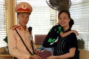 Hà Nội: CSGT nhặt được ví đánh rơi, tìm trả người đánh mất