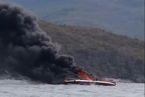 Cháy ca nô trên vịnh Nha Trang, 2 người bị bỏng