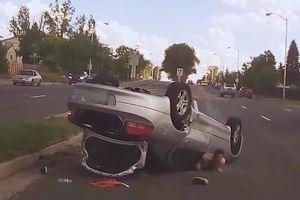 'Chạm nhẹ' vào Porsche 911, ôtô mất lái rồi lật ngửa