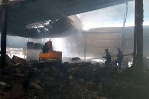 Cháy lớn tại kho giấy rộng 3.000m2 ở Tiền Giang