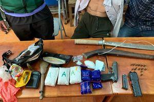 Đối tượng buôn ma túy mang súng đạn 'phòng thân' trên đường vận chuyển