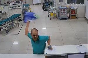 Nam bệnh nhân chửi bới, cầm khay tài liệu đánh nhân viên y tế