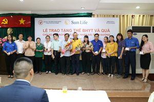 Sun Life trao tặng thẻ bảo hiểm y tế và quà tặng cho các hộ gia đình nghèo