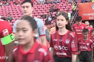 Đặng Văn Lâm nắm tay em gái ra sân ở Thái Lan trước khi về tập trung cùng tuyển Việt Nam