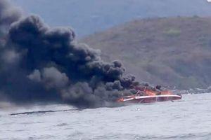 Cano chở khách du lịch bất ngờ bốc cháy trên vịnh Nha Trang, 2 người bị bỏng nặng
