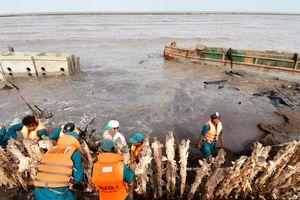 Xói lở uy hiếp đê biển Cà Mau