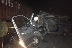 Xe khách đâm vào đuôi container, 16 người bị thương