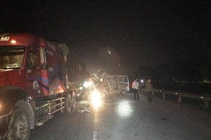 Xe container va chạm ô-tô khách, 16 người bị thương