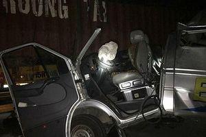 Ô tô khách vượt ẩu va đuôi xe container, 16 người nhập viện?