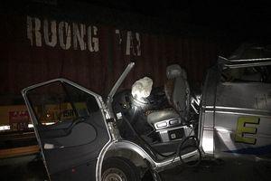 Xe container va chạm xe khách ở Hưng Yên, 16 người bị thương