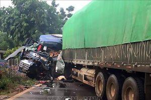Va chạm với xe đầu kéo khiến đầu xe tải nát bét, lái xe bị tử vong