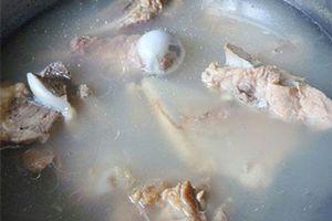 Hầm xương cho thêm thứ này: Nước dùng trong vắt mà ngọt lịm, thơm ngon bất ngờ