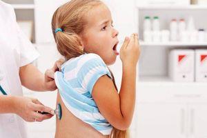 Trẻ bị ho có nên ăn kiêng thịt gà và tôm?
