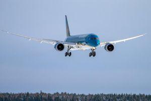 Xe thang đâm thủng thân máy bay Boeing 787-9 của Vietnam Airlines