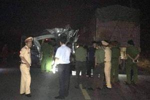 Container va chạm xe khách, 16 người bị thương