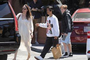 Angelina Jolie diện đầm trắng gợi cảm ra phố đi mua sắm cùng các con