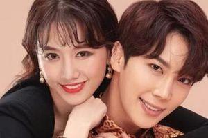 Hari Won tạo dáng bên diễn viên Hàn Quốc