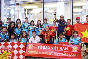 Những 'cô gái vàng' Việt Nam đón nhận tình cảm từ cổ động viên đặc biệt ngày trở về