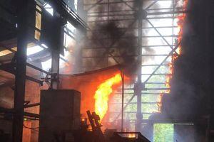 Cháy dữ dội ở lò luyện thiếc, công nhân tháo chạy