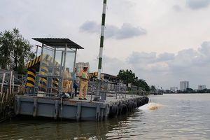 Sà lan gần 2.000 tấn mất lái, tông chìm canô