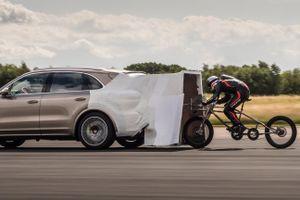 Tay đua xe đạp lập kỷ lục tốc độ 280 km/h vì núp gió ôtô