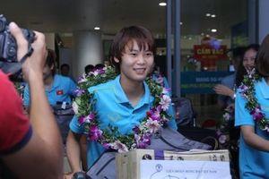 Clip: Các 'cô gái vàng' vô địch bóng đá nữ Đông Nam Á rạng rỡ trở về