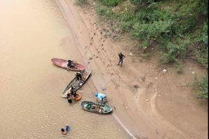 Để lại xe và con nhỏ, một phụ nữ nhảy xuống sông tự tử