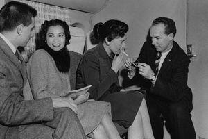 10 bí mật cực sốc về việc đi máy bay thập niên 1950: Thoái mái hút thuốc lá