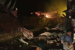 Cháy Công ty Rạng Đông: Nhà xưởng có nguy cơ sập, cố gắng ngăn cháy lan