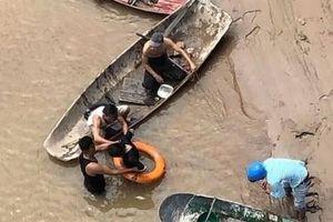 Nhờ trông hộ con nhỏ, người phụ nữ bất ngờ nhảy xuống sông tự tử