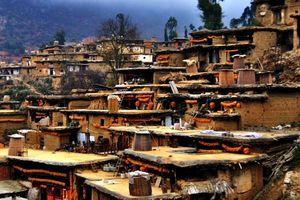 Kỳ lạ ngôi làng có hơn 800 ngôi nhà thông liền nhau