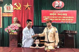 CSGT Hà Nội tìm gia đình cho cháu bé đi lạc giữa trưa trên quốc lộ