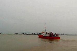 Nghệ An: Vào bờ tránh bão Podul, tàu cá cùng 16 ngư dân gặp nạn.