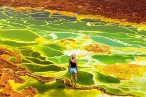 Hãi hùng cảnh dạo bộ trên hồ nước ngập axit sủi bọt