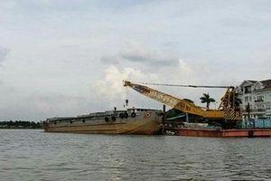 TP HCM: Sà lan nặng 2.000 tấn mất lái đâm vào ca nô, cầu cảng của nhà dân