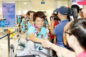Ngày về hân hoan của những nữ cầu thủ vô địch Đông Nam Á