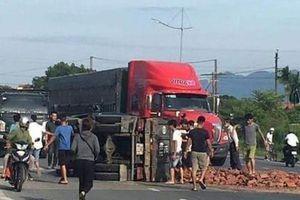 Xe tải chở gạch đổ, 2 người bị nạn
