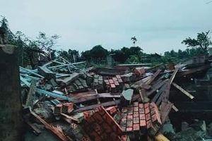 Lốc xoáy làm 2 người bị thương, hàng chục nhà sập và tốc mái