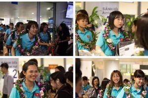 Các 'cô gái vàng' của bóng đá nữ Việt Nam rạng rỡ trong ngày về