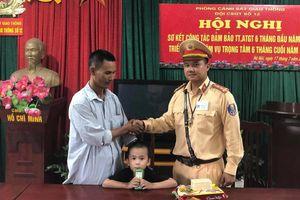 Cảnh sát giao thông Hà Nội giúp bé trai bị lạc về với gia đình