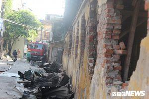 Một ngày sau vụ cháy ở Công ty Rạng Đông: Hiện trường tan hoang, dân xung quanh không dám về nhà ngủ