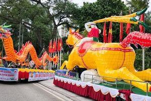 Người dân thủ đô thích thú ngắm 2 xe đèn trung thu 'siêu to' xuất hiện trên đường phố Hà Nội