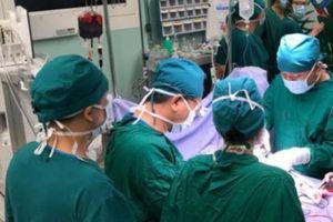 Hai bệnh viện hợp sức cứu sống bệnh nhân gần đứt lìa tay trái