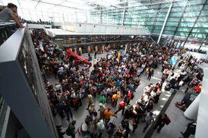 Ấn nhầm nút báo động, 130 chuyến bay và 5.000 khách bị hủy chuyến