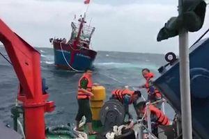 Lai dắt tàu cá bị hỏng máy cùng 16 ngư dân vào bờ an toàn