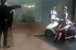 Clip: Người dân trú mưa bị xua đuổi khỏi sảnh Trung tâm thương mại-Khách sạn cao cấp Grand Plaza
