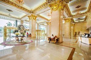 Cận cảnh khách sạn dát vàng Grand Plaza có nhân viên đuổi dân trú mưa