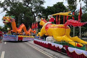 2 xe đèn Trung thu 'siêu khổng lồ' xuất hiện giữa đường phố Hà Nội